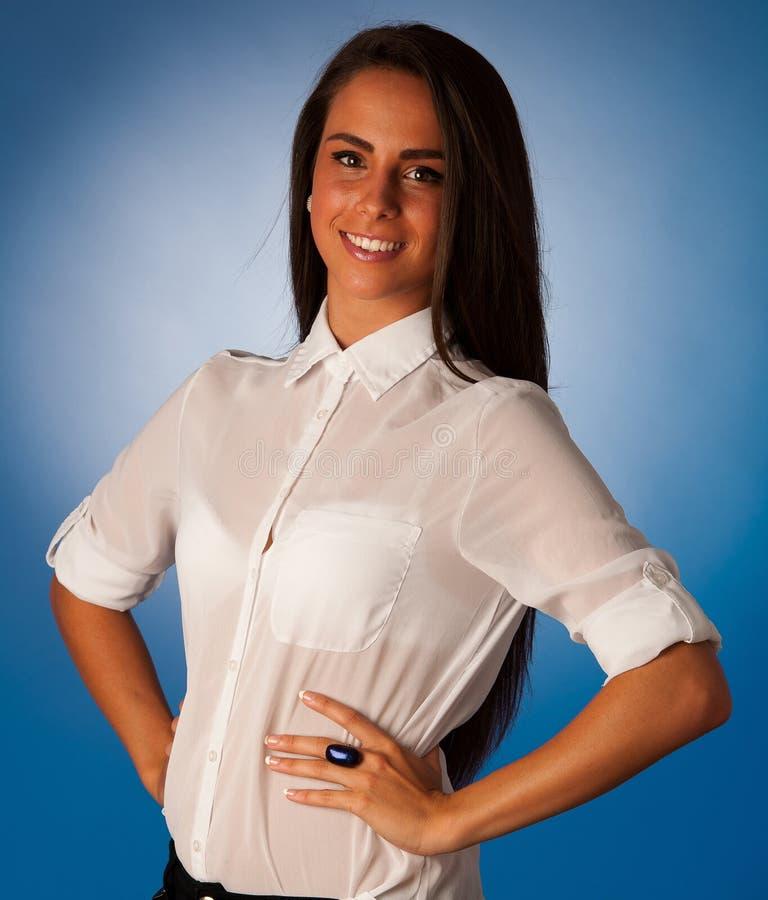 Portret van Mooie Spaanse bedrijfsvrouw in ftont van blauwe B stock foto's