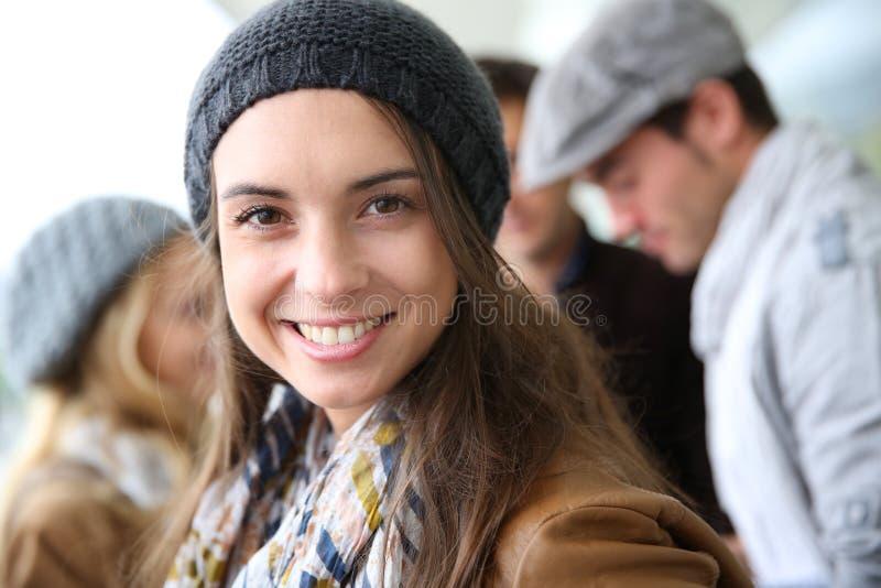 Portret van mooie studentenvrouw met schoolmakkers stock afbeelding