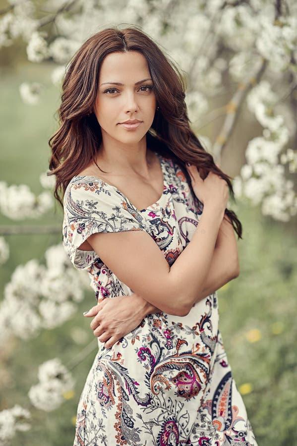 Portret van mooie vrouw in bloeiende boom in de lente royalty-vrije stock afbeeldingen