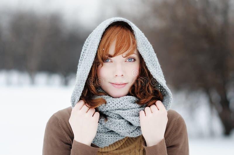 Portret van mooie vrouw in de winter royalty-vrije stock afbeeldingen