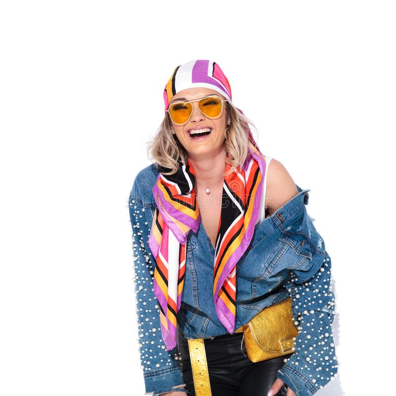Portret van mooie vrouw die het kleurrijke kleren lachen dragen stock afbeelding