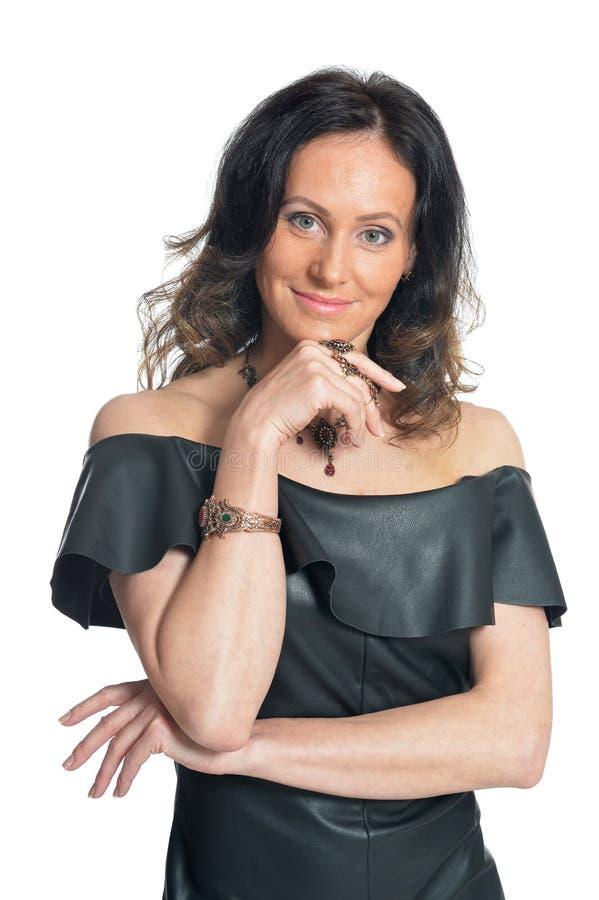 Portret van mooie vrouw die zwarte kleding op witte achtergrond dragen stock fotografie