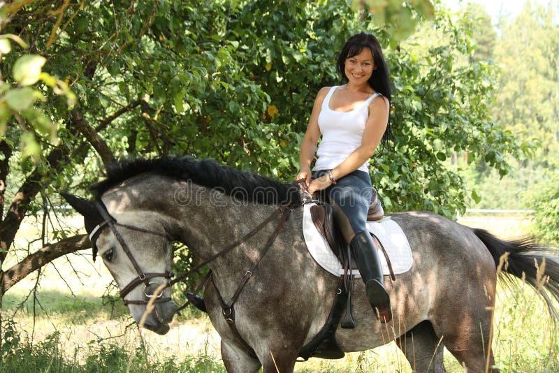 Portret van mooie vrouw en grijs paard in tuin royalty-vrije stock foto's