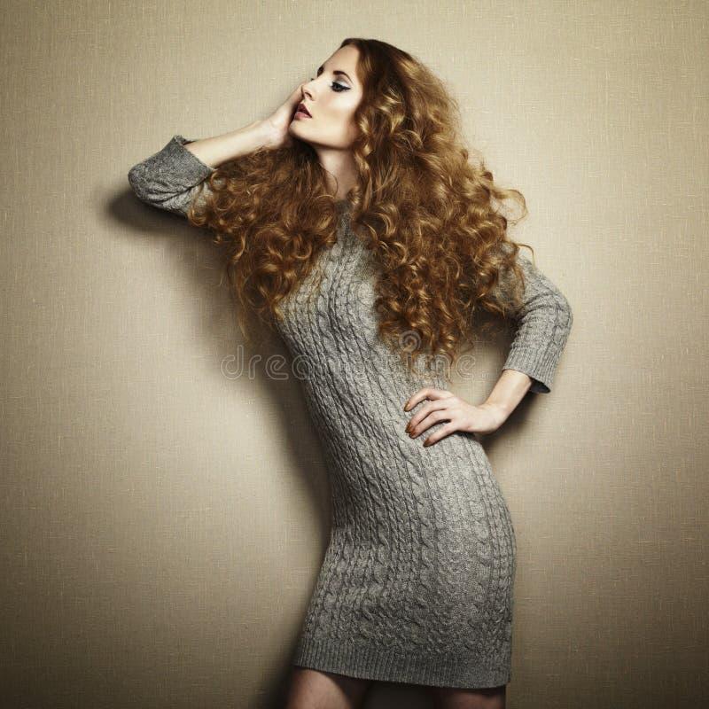 Portret van mooie vrouw in gebreide kleding royalty-vrije stock fotografie