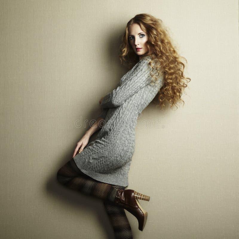 Portret van mooie vrouw in gebreide kleding royalty-vrije stock foto's