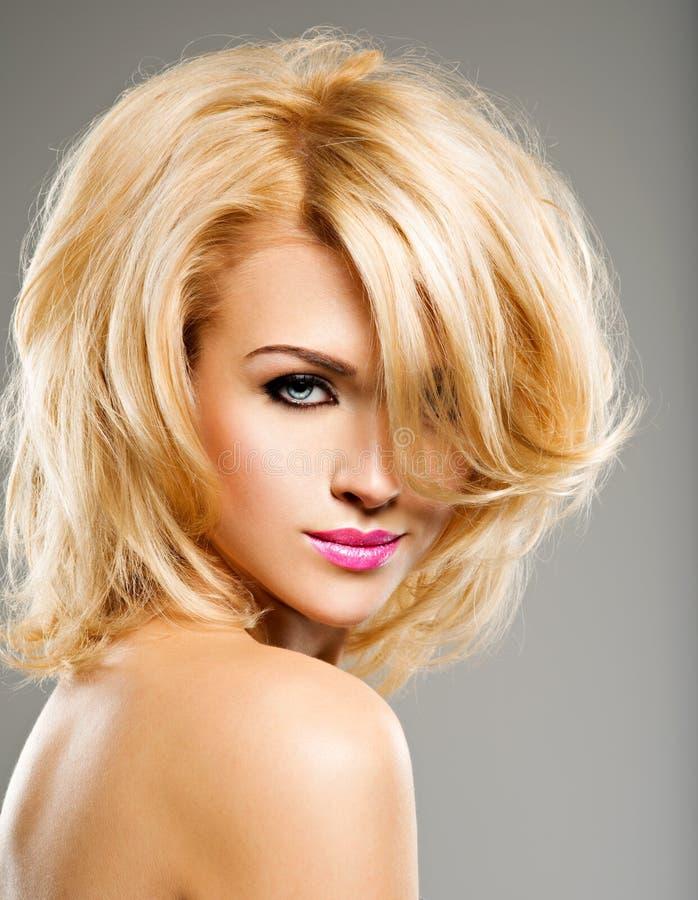 Portret van Mooie vrouw met blond haar heldere manier ma stock afbeeldingen