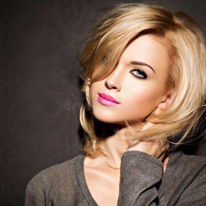 Portret van Mooie vrouw met blond haar heldere manier ma stock afbeelding