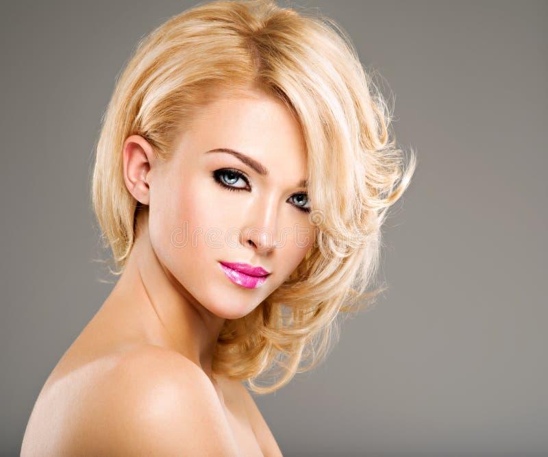 Portret van Mooie vrouw met blond haar heldere manier ma stock foto