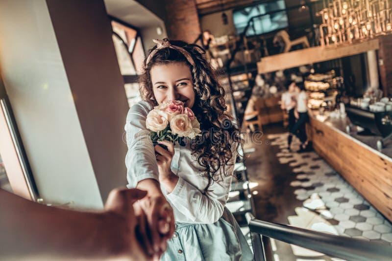 Portret van mooie vrouw met boeketbloemen stock foto