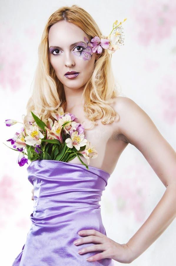 Portret van mooie vrouw met de lentebloemen royalty-vrije stock fotografie