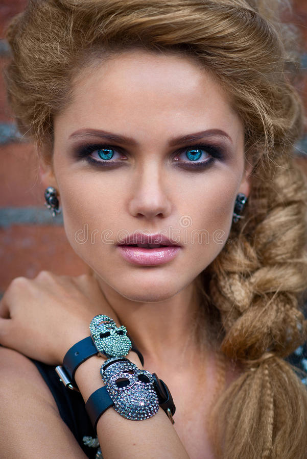 Portret van mooie vrouw met donkere make-up en blauwe ogen stock fotografie