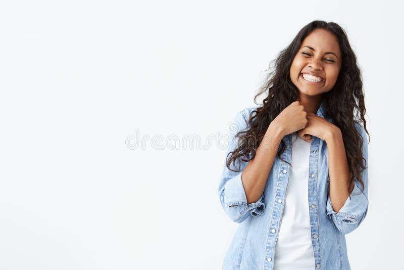 Portret van mooie vrouw met donkere schone luide huid en het mooie glimlach lachen uit bij grappige grap terwijl het hebben van p royalty-vrije stock afbeelding