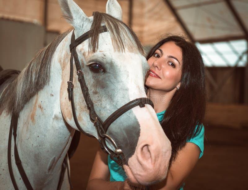 Portret van mooie vrouw met een paard stock afbeeldingen
