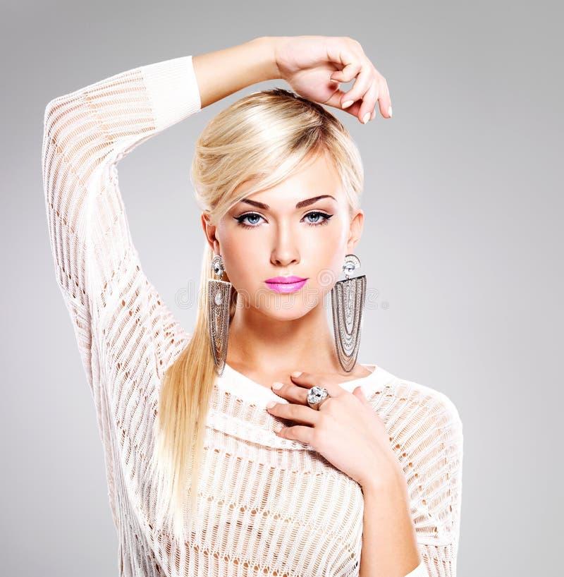 Mooie vrouw met maniermake-up en lange witte haren stock foto