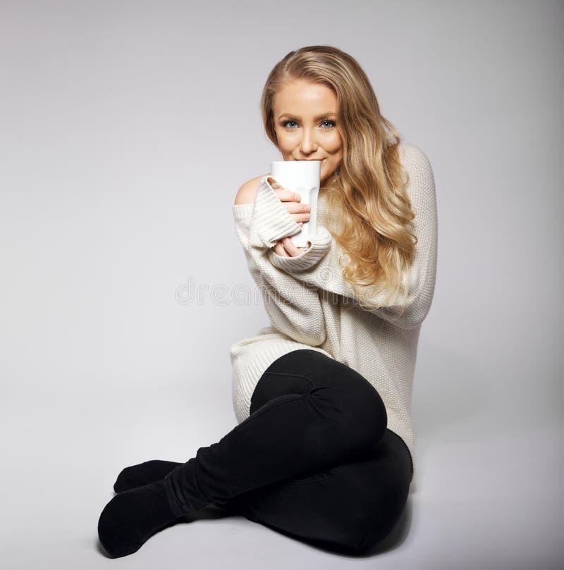 Portret van mooie vrouw met hete kop thee stock foto's