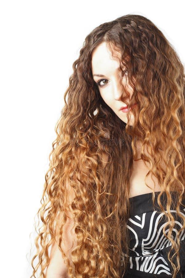 Portret van mooie vrouw met krullend lang haar op witte achtergrond. stock fotografie