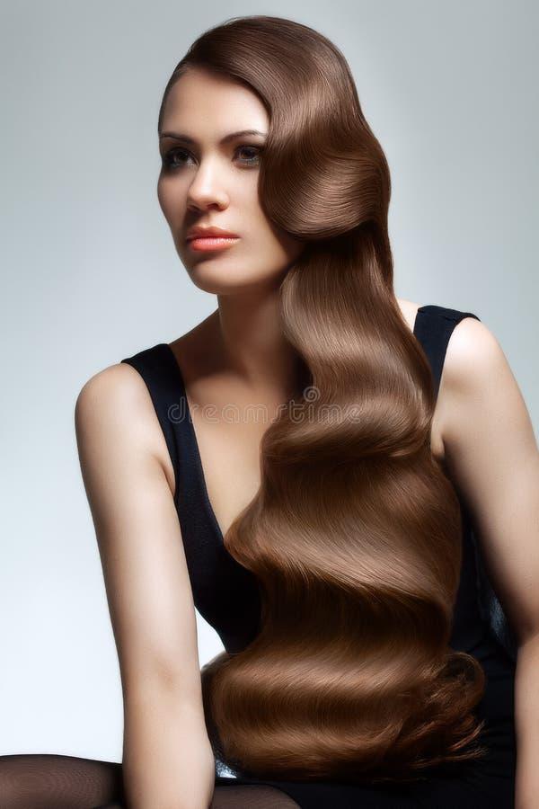 Portret van Mooie Vrouw met Lang Golvend Haar. royalty-vrije stock afbeelding