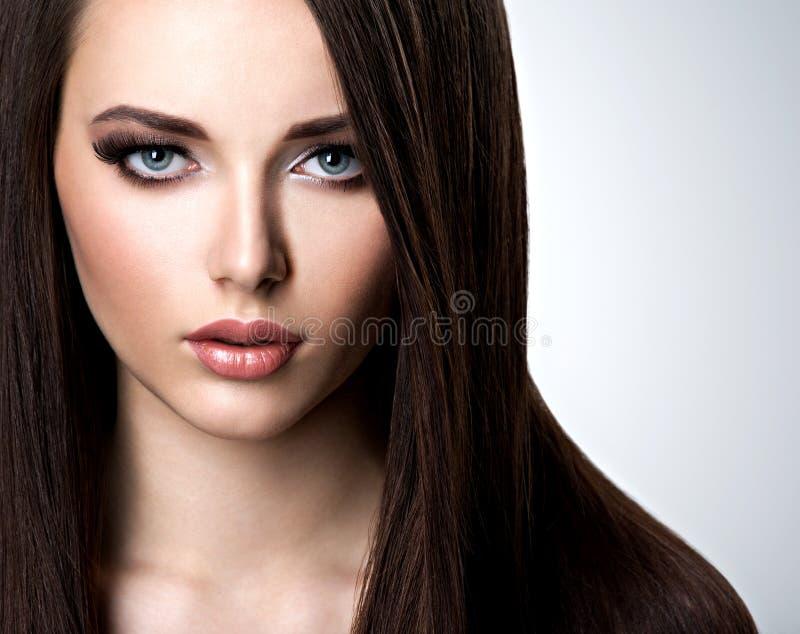 Portret van mooie vrouw met lang recht bruin haar royalty-vrije stock fotografie