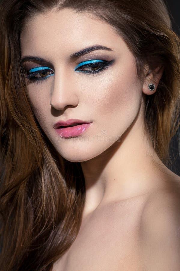 Download Portret Van Mooie Vrouw Met Make-up Stock Foto - Afbeelding bestaande uit pijlen, up: 54081060