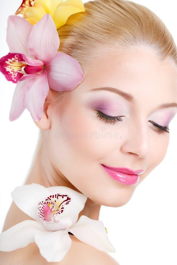 Portret van Mooie vrouw met Orchideebloem in haar haar. Mooi Modelwoman face. Perfecte Huid. Professionele merk-Up.Makeup. royalty-vrije stock afbeelding