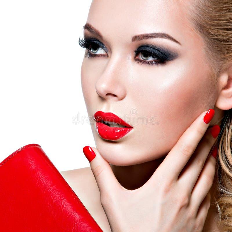 Portret van mooie vrouw met rode lippen en spijkers stock afbeeldingen