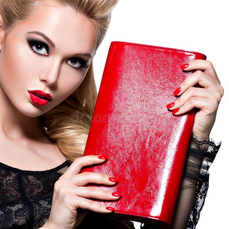 Portret van mooie vrouw met rode lippen en spijkers stock fotografie