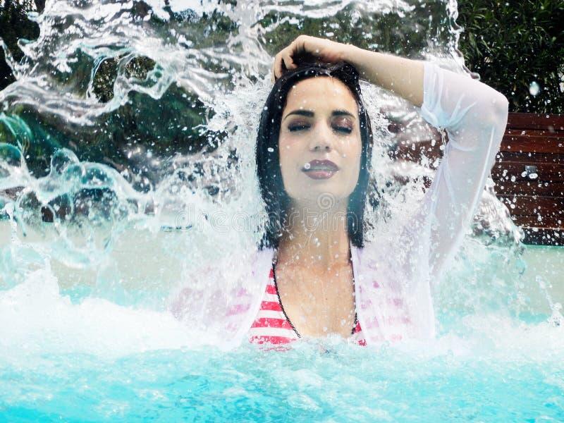 Portret van mooie vrouw onder plonswater stock fotografie