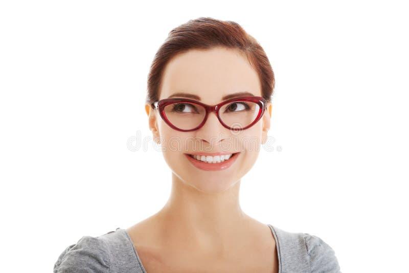 Portret van mooie vrouw in oogglazen die omhoog eruit zien. stock afbeeldingen