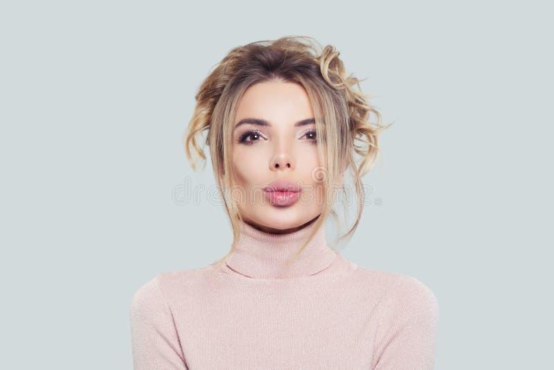 Portret van mooie vrouw in roze col op witte achtergrond Het model denken, grappig gezicht royalty-vrije stock foto