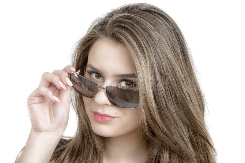 Portret van mooie vrouw in sunglass stock afbeeldingen