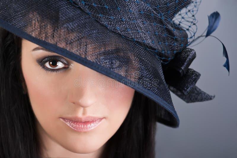Portret van mooie vrouw in uitstekende hoed royalty-vrije stock foto