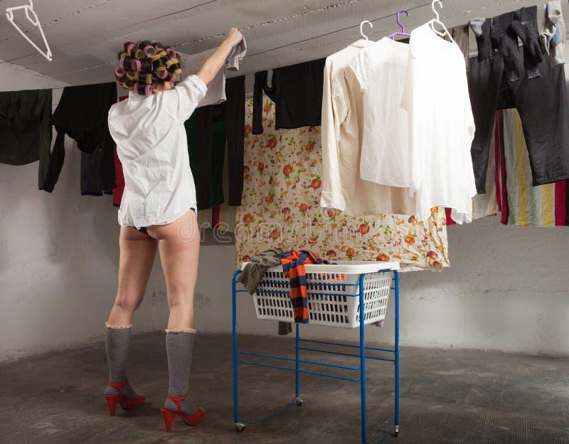 Portret van mooie vrouw in wasserij stock afbeeldingen