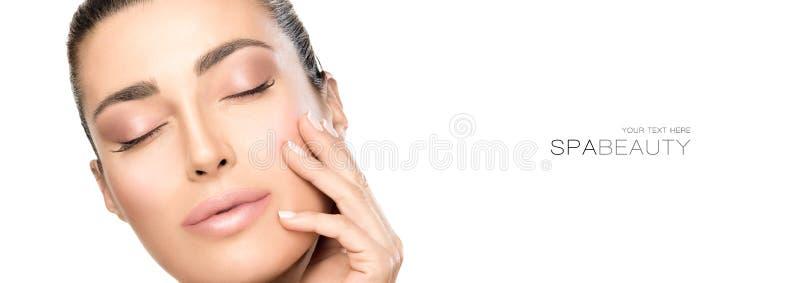 Portret van Mooie vrouw wat betreft haar gezicht Schoonheid en skincare concept royalty-vrije stock afbeelding