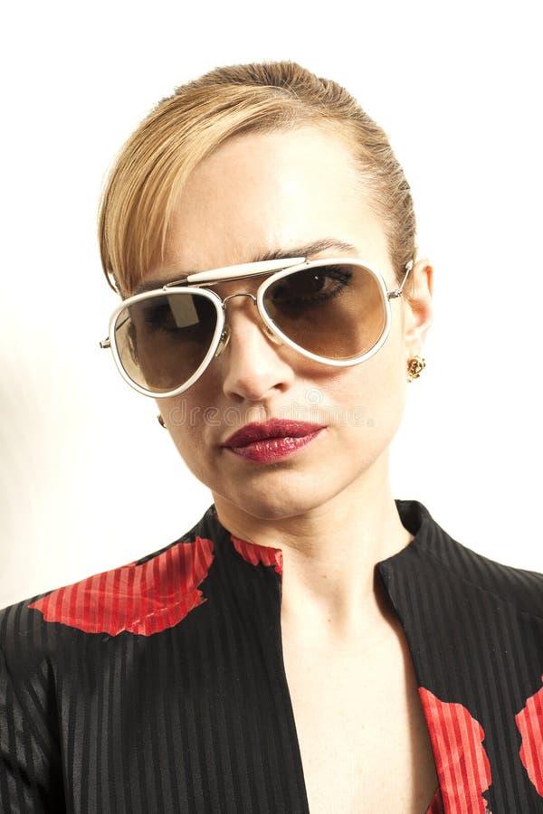 Portret van mooie vrouw in witte zonnebril royalty-vrije stock foto's