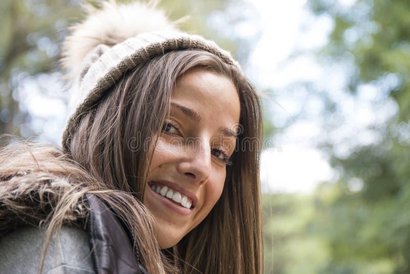 Portret van Mooie Vrouw in Wollen de Winterhoed stock fotografie