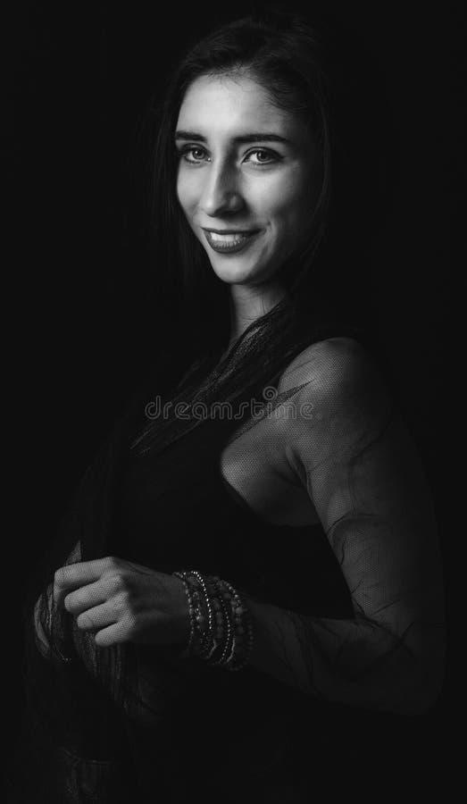 Portret van mooie vrouw in zwart-wit royalty-vrije stock afbeelding