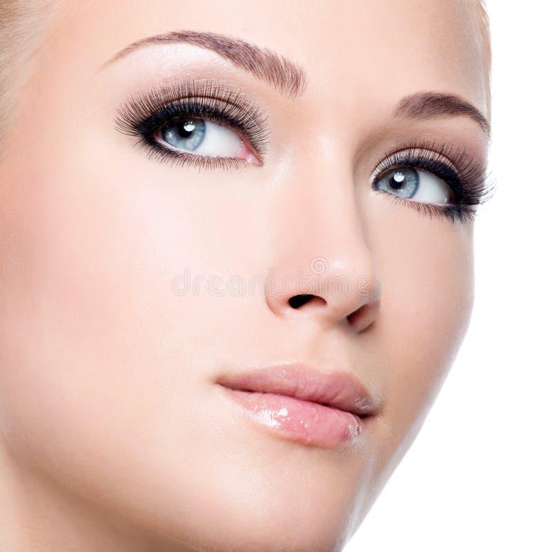 Portret van mooie witte vrouw met lange valse wimpers stock afbeelding