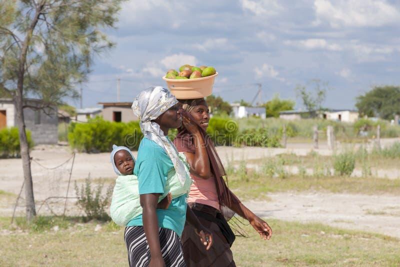 Portret van mooie zwarte Afrikaanse vrouwen die, Botswana lopen stock afbeelding
