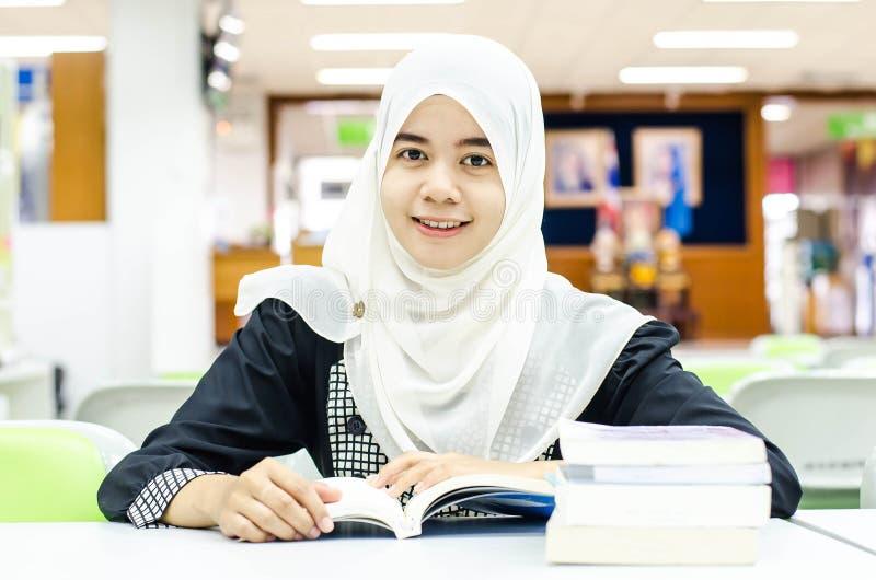 Portret van Moslim in de bibliotheek royalty-vrije stock afbeelding