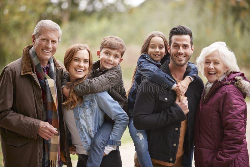 Portret van Multigeneratiefamilie op Autumn Walk In Countryside Together stock afbeeldingen