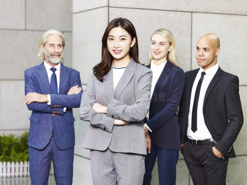 Portret van multinationaal en multi-etnisch commercieel team royalty-vrije stock afbeeldingen