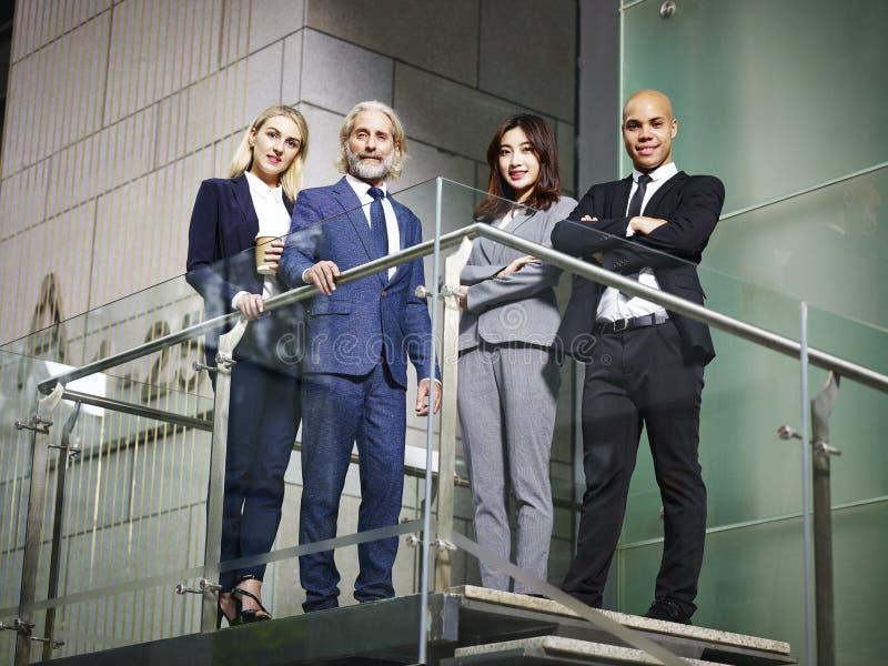 Portret van multinationaal en multi-etnisch commercieel team royalty-vrije stock afbeelding