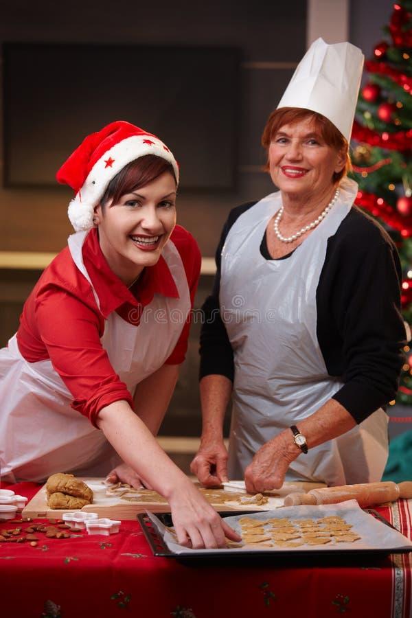 Portret van mum en dochter bij Kerstmisbaksel stock afbeelding
