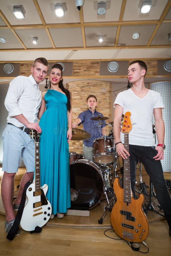 Portret van muzikale triokerels en één meisje royalty-vrije stock foto's
