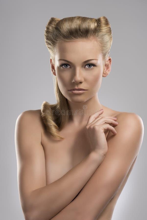 Portret van naakt blonde meisje, met kapsel royalty-vrije stock fotografie