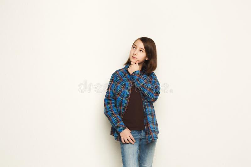 Portret van nadenkend meisje met geheimzinnige blik stock foto's