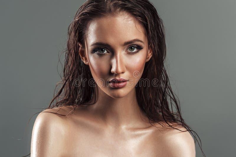 Portret van natte haar sensuele mooie jonge vrouw Sexy mollig l royalty-vrije stock foto's