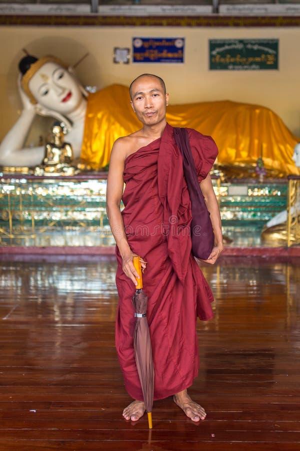 Portret van niet geïdentificeerde boeddhistische monnik in Shwedagon-pagode in Yangon, Myanmar stock foto