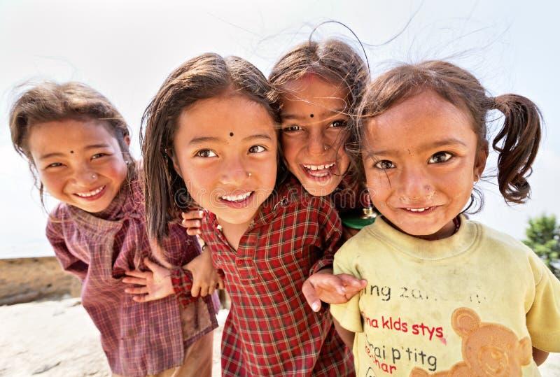 Portret van niet geïdentificeerde speelse kleine Nepalese meisjes stock afbeeldingen