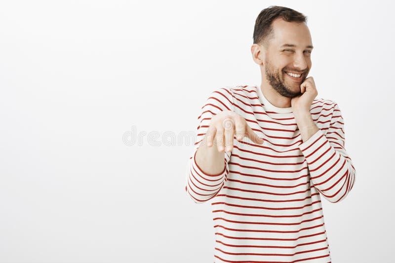 Portret van ongeduldige tevreden leuke vrolijke vriend die in gestreept overhemd, terwijl mens die voorstel doen, die grinniken v royalty-vrije stock foto's